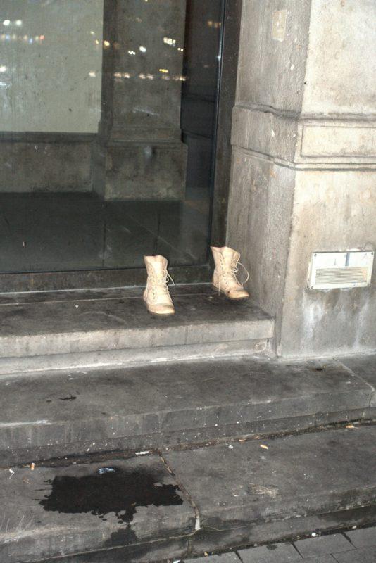 Ein Paar Schuhe stehen verlassen im Eingangsbereich eines verschlossenen Museums am Abend
